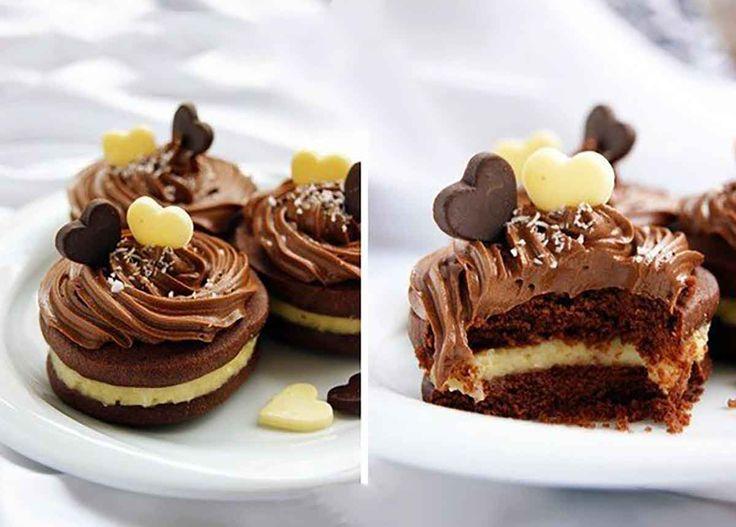 Echipa Bucătarul.tv vrea să vă răsfețe cu o rețetă extrem de delicioasă de biscuiți de ciocolată cu cremă de cocos. Biscuiții cu ciocolată sunt extraordinari, atât de gustoși, încât se topesc în gură, sunt foarte fragezi, cu cremă delicată de cocos în interior și înveliți cu cremă delicioasă de ciocolată și unt. Combinația de ciocolată …