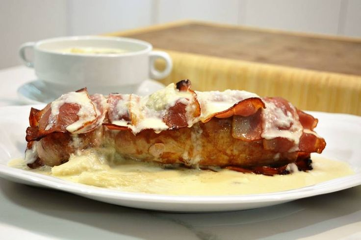 Este asado de solomillo de cerdo os va a dejar con la boca abierta. Está envuelto en bacón y lleva una salsa de hongos exquisita. Tenéis ante vosotr@s un plato…