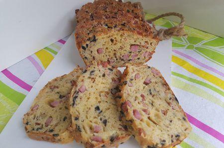 Hartige cake; gevuld met ham kaas bacon en olijven