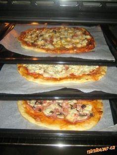Jednoduchá a stráááášně dobrá tenounká pizza: Postup je jednoduchý..... Ďůlek do mouky, dát droždí, posypat trošku moučkovým cukrem (osvědčené), z...