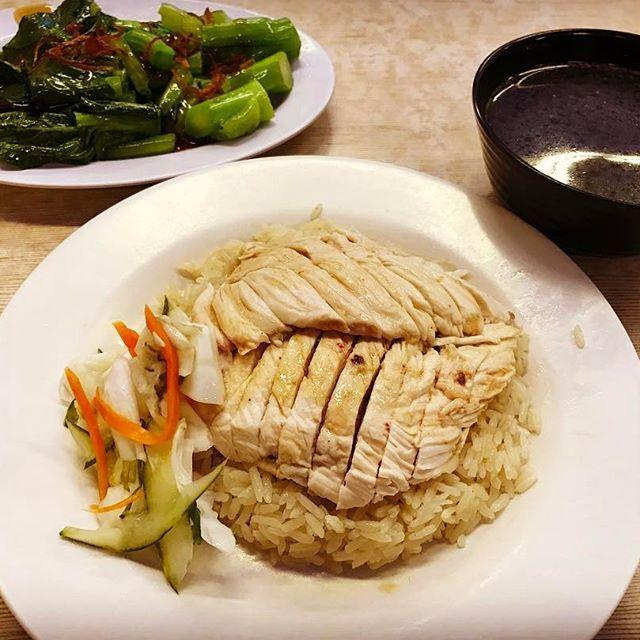1人だと食事も簡単に済ませたくなります。ホテルの隣にあのラッフルズホテルがあるのですが、その裏の新瑞記さんで海南鶏飯。有名らしく鶏肉柔らかくて美味しかったです。つけダレは…日本の方がいいです(^^) #海南鶏飯#チキン#鶏肉#肉#シンガポール#夕食#dinner#美味しい#singapore