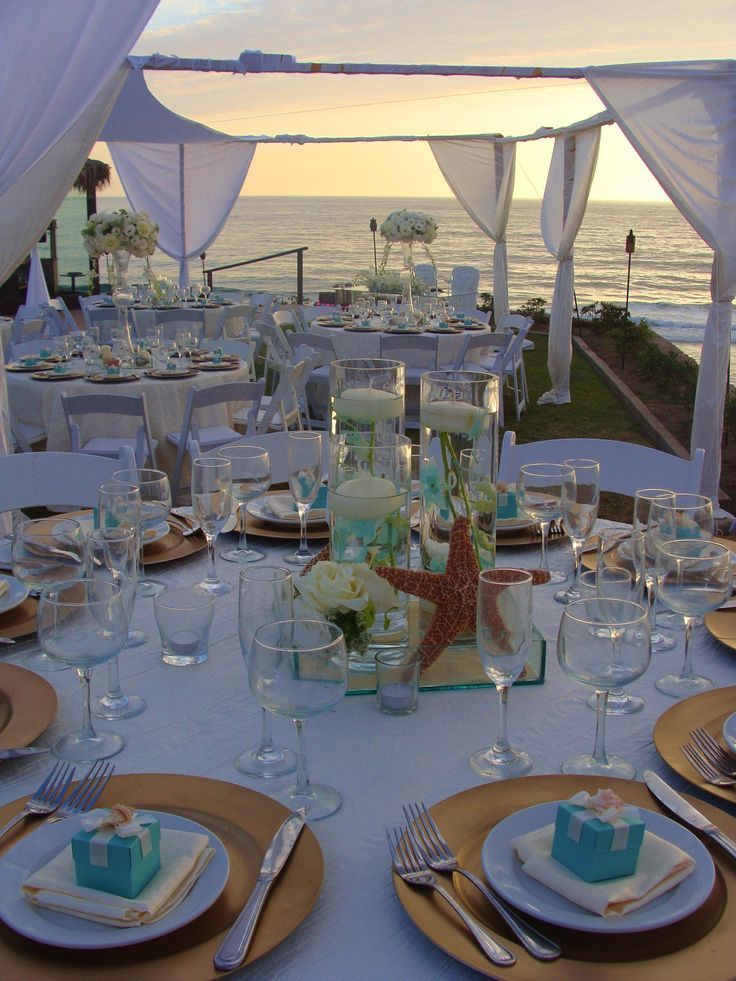 Centros de mesa en cristal con flores y velas. Un escenario perfecto para tu boda.