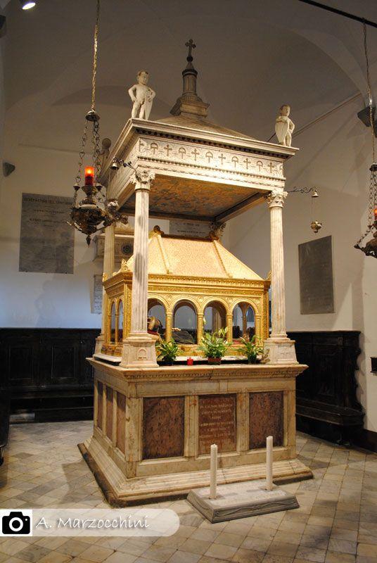 Tempietto in marmo di Matteo Civitali che raccoglie le spoglie mortali di San Pellegrino e San Bianco./ the mortal remains of St. Pellegrino and St. Bianco