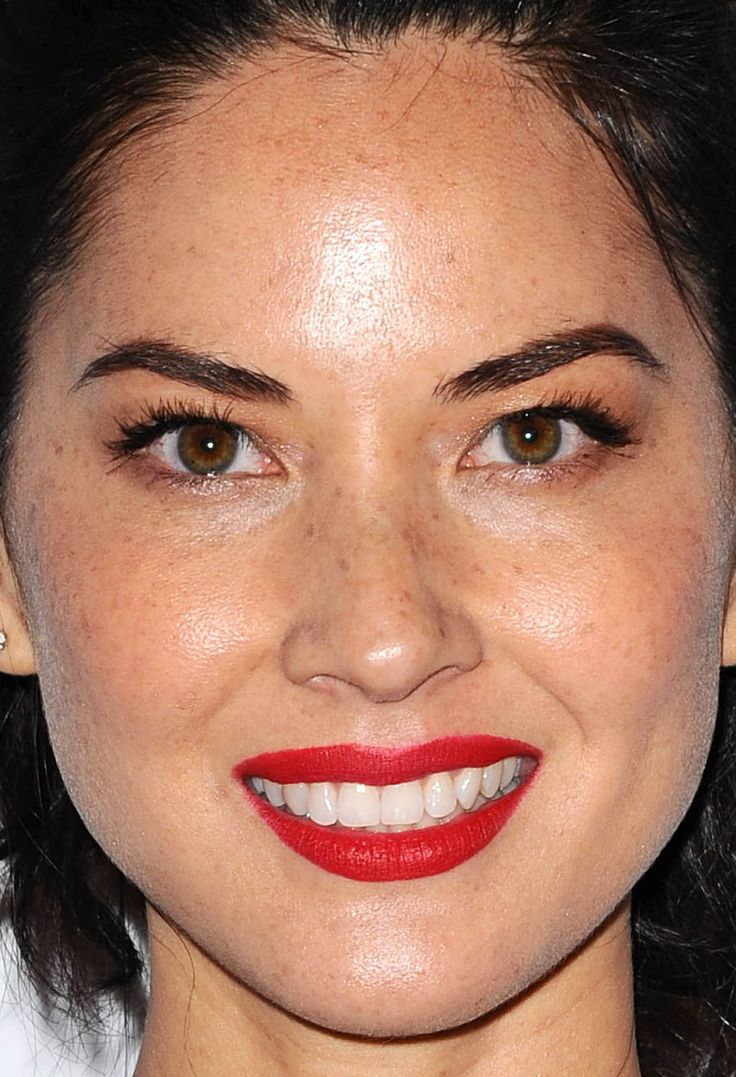 Close-up of Olivia Munn at the 2015 People's Choice Awards. http://beautyeditor.ca/2015/01/11/peoples-choice-awards-2015