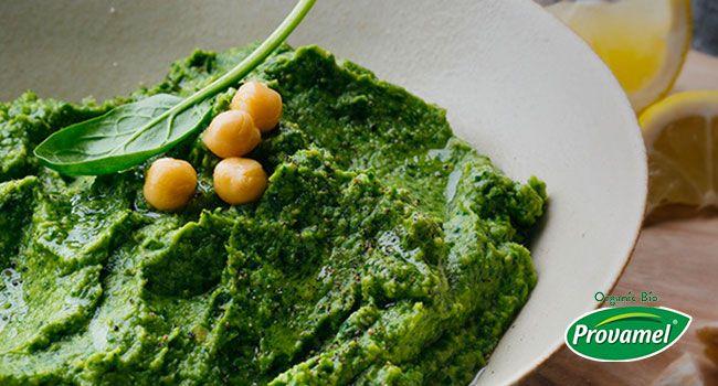 Un piatto che servito come antipasto o per l'aperitivo vi lascerà sempre soddisfatti: hummus con ceci, avocado e spinaci, tutto da spalmare e gustare!