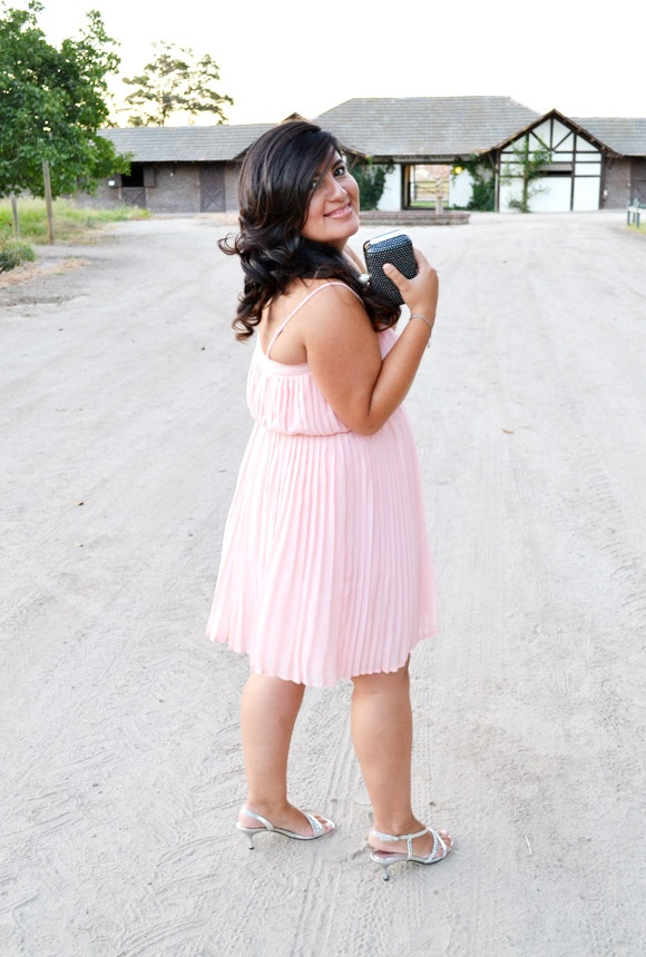 Vestido plisado en rosa palo Mango http://www.estilaestilo.cl/2013/02/plisado-en-rosa-palo/