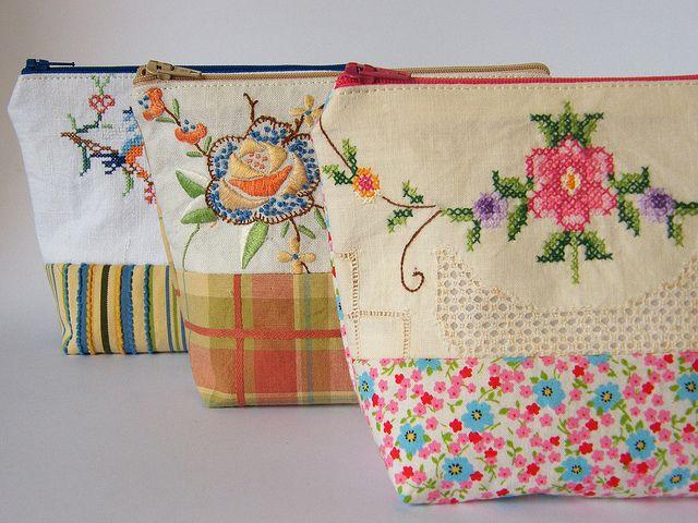 Pirosos, mas tirar a ideia de sacos de toilette com tecido e PC .Patchwork pouches using vintage linens by too crafty, via Flickr