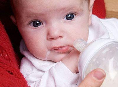 Regurgitación, Reflujo y vómitos en bebés
