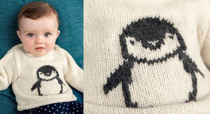 Un adorable motif manchot est tricoté en jacquard, puis brodé sur le devant de ce pull. Un petit modèle à encolure ronde et manches droites qui est boutonné sur l'épaule. Tailles : a) ...