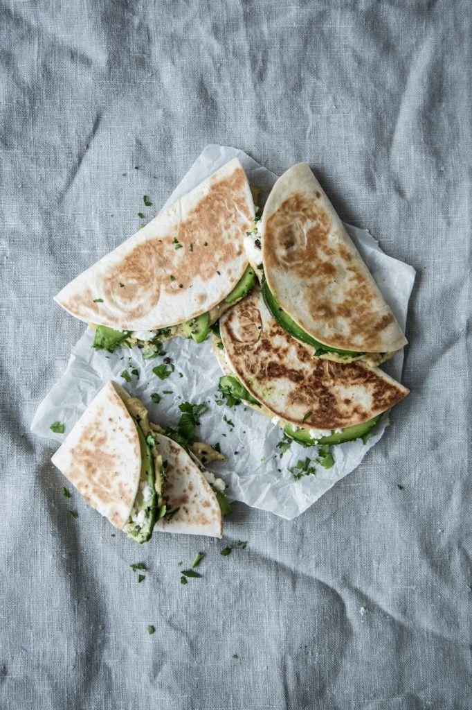 Unser Anti-Tatort-Sonntag: Quesadillas mit Feta, Hummus und Avocado