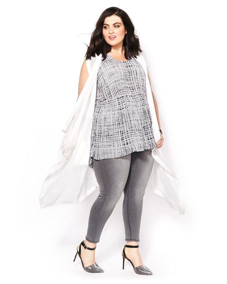 Pour faire la transition vers les journées plus chaudes avec style, essayez ce cardigan taille plus au design polyvalent de la collection Melissa McCarthy! Fait d'un tricot ajouré, il offre des poches avant et un design ouvert en cascade. Un vêtement tout-aller au style dernier cri!