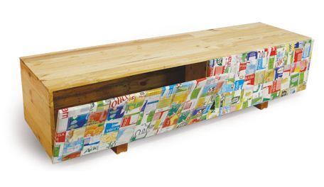 Rack de TV ou aparador, fabricado com ripas de palets descartáveis. Possui 2 portas revestidas com caixinhas Tetra Pak. Medidas: 1,60x0,45x0,50m
