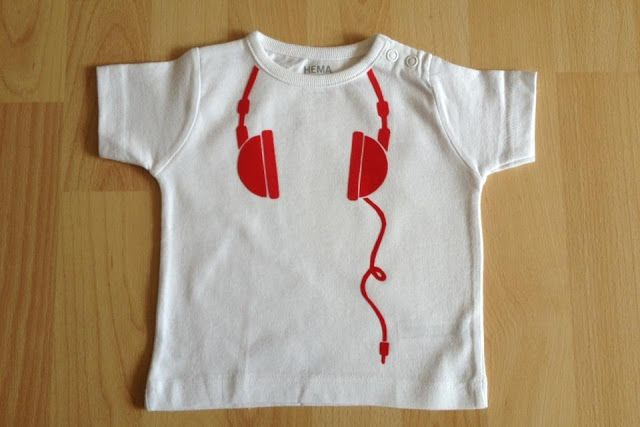 Mijn metekindje Vince vierde zijn eerste grote feest, de babyborrel. Zijn mama, mijn zus, vroeg of ik voor hem een T-shirtje wou flocken. Ee...