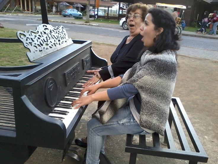 En un piano que encontramos... casi nos dieron monedas! jajaja. En Frutillar.