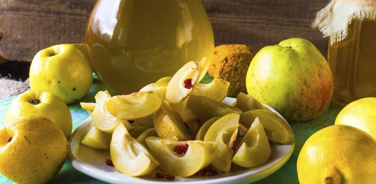Nalewka z pigwy - przepis jest prosty nawet dla niezbyt doświadczonych kucharek. Tymczasem smak owocowego trunku polubią nawet wybredni smakosze...