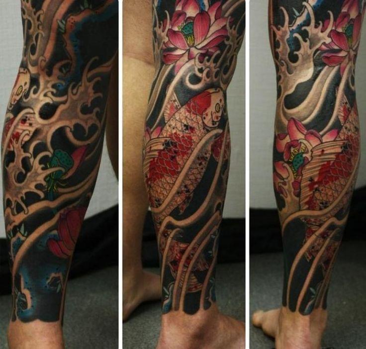 tatouage homme style japonais: koi fish, fleurs et vagues