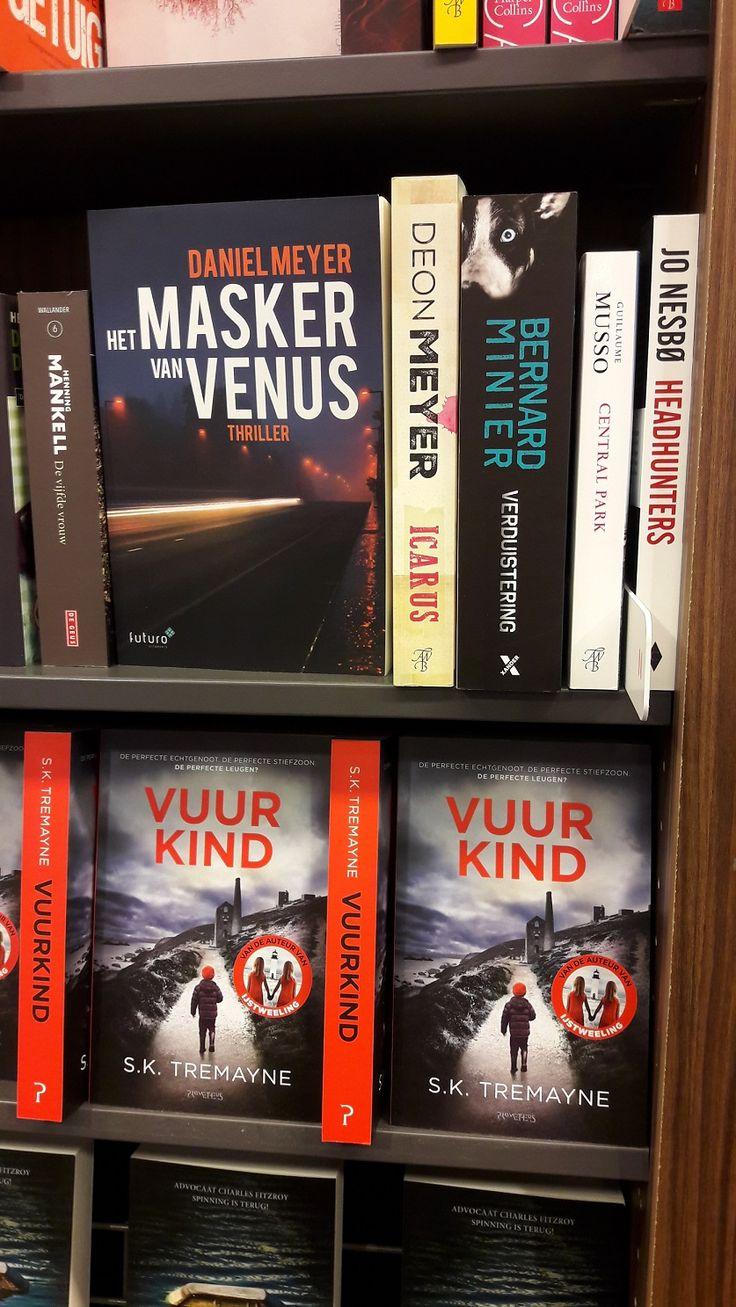 De nieuwe spannende thriller 'Het masker van Venus' van Daniel Meyer heeft een hele mooie plek gekregen tussen alle andere spannende boeken bij de Bruna in Zaandam. #hetmaskervanvenus #danielmeyer #thriller #bruna #brunazaandam #futurouitgevers