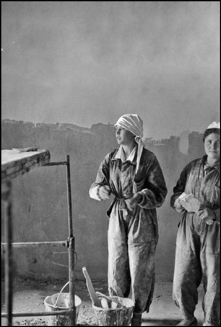Henri Cartier-Bresson SOVIET UNION. Moscow. 1954. Workers building the Hotel Metropol.