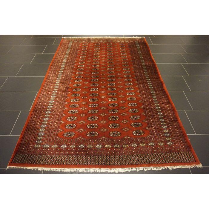 Handgeknoopte Perzische tapijt Jomut Buchara zijdeachtige glans 240 x 160 cm  Een handgeweven Oosterse Perzisch tapijt wordt aangeboden. Deze tapijten worden vervaardigd in gerenommeerde knopen gebieden.Kijk op het tapijt met geduld en aandacht. Elk handgemaakttapijt is uniek in zijn ontwerp de schoonheid en de harmonie van kleuren en is daaromeen kunstwerk op zich.Provincie BucharaGemaakt in Pakistan.Tapijt afmetingen: 240 x 160 cmVeiling nummer: 3456Met certificaat van echtheidHet tapijt…