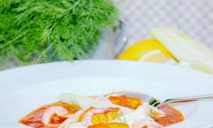 En fantastiskt god och värmande soppa råder bot både på kylan och hungern i vintermörkret, här med lax, torsk, saffran och räkor.