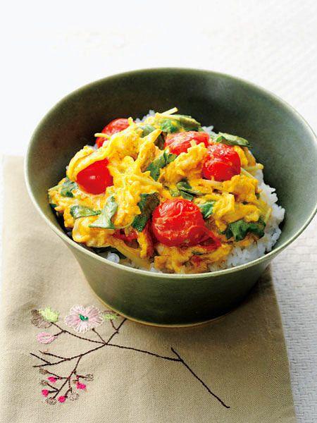 【ELLE a table】三つ葉とトマト、卵のくずしオムレツ丼レシピ|エル・オンライン