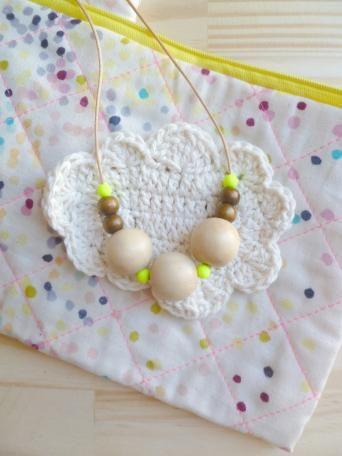collier perles bois et néon