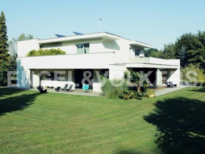 Affascinante villa a due passi dal Golf Villa D'Este Exposé Engel & Völkers | W-01T88V - ( Italia, Lombardia, Monza Brianza )