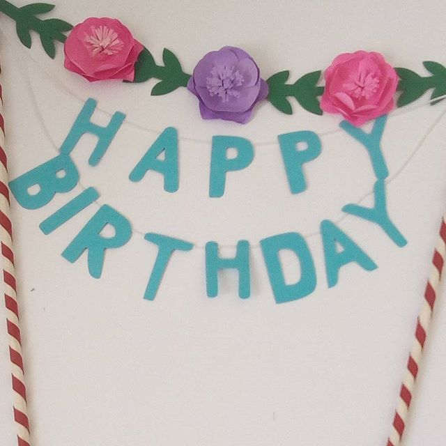 Topo de Bolo de aniversário Scrap Festa com Flores Coloridas feitas em Papel de Scrap para aniversário de 14 anos. Varal com no nome Happy Birthday