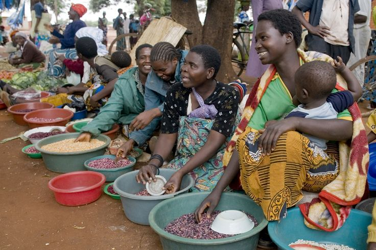 Women selling a variety of beans at the Metundu Market in Lilongwe, Malawi. ©FAO/Giulio Napolitano