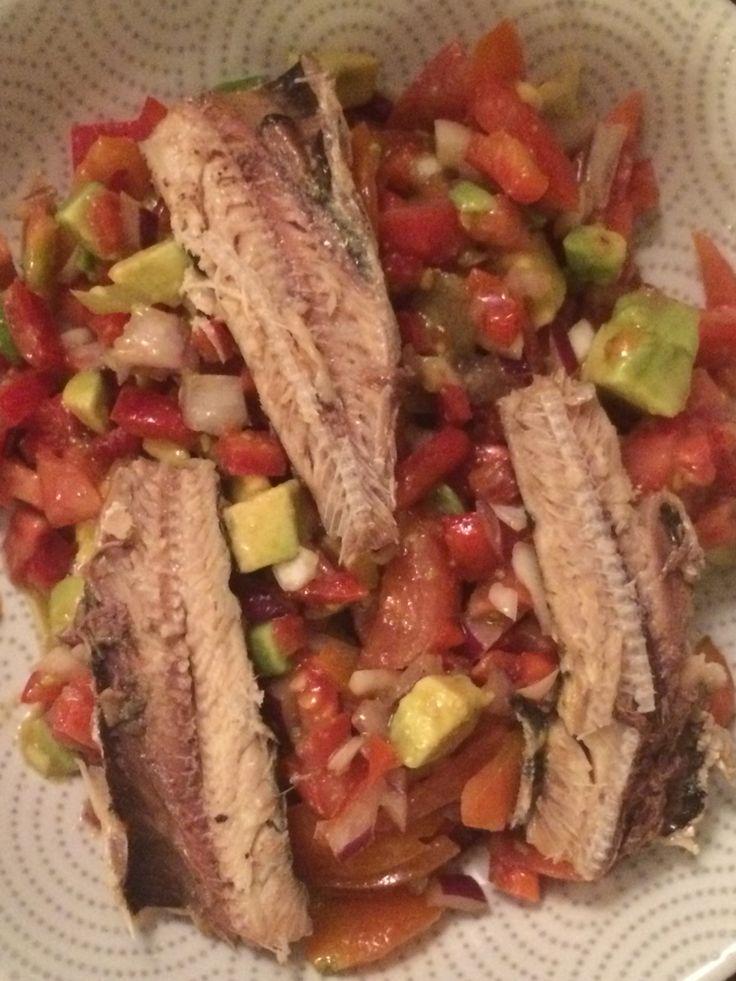 Ensalada de cebolla, pimentón, palta, tomate y sardina.