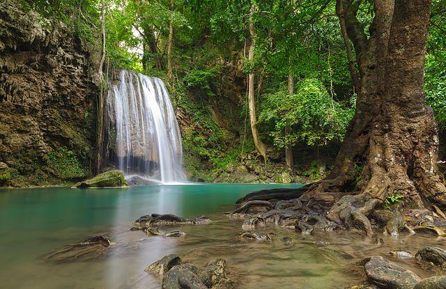 Les collines du parc national d'Erawan en Thaïlande sont connues pour alimenter la magnifique cascade d'Erawan située à 2h30 de voiture au nord-ouest de Bangkok. Elle est constituée de 7 niveaux de chutes d'eau.   Il y a un bus qui met 3h de Bangkok Qui arrivé à 7h du mat avant les touristes ! À faire en une journée !