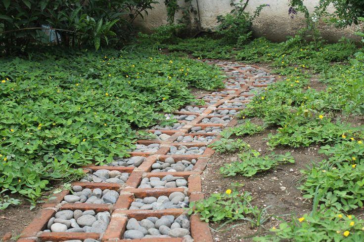 camino de piedra de canto rodado y ladrillo artesanal