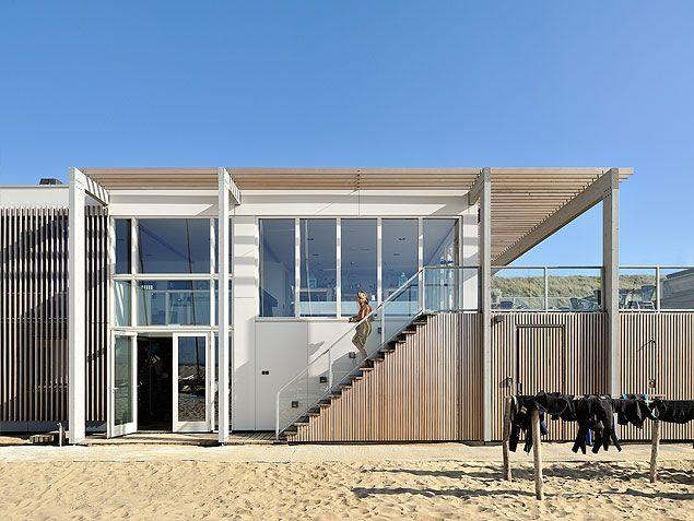 Open houten trap aan buitenzijde strandpaviljoen in Zandvoort | BNLA architecten | Fotografie Studio de Nooyer
