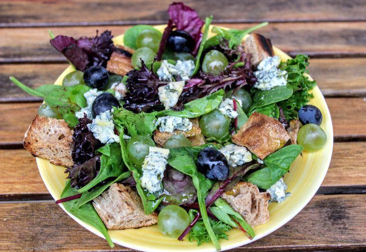 Szuperegészséges salátakéksajttal, szőlővel, ropogós bagett kockákkal, könnyű citromos öntettel, ami 10 perc alatt elkészíthető.