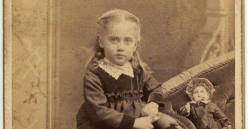 "Petite fille ""Agnes"" avec sa poupée. Photographie J. H. Meyer, 465 Vine Street, Cincinnati, Ohio, USA circa 1885"