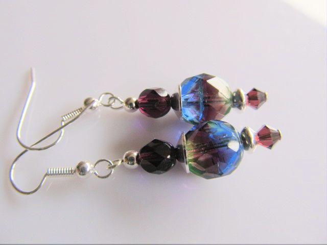 Oorbellen Jolisa tsjechisch facet multi coloured en donkerpaars glas met paars kristal swarovski kraaltje. geheel verzilverd