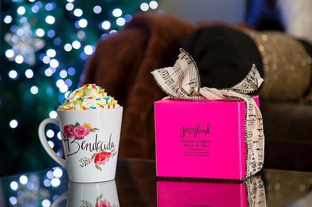 En un día nublado como hoy, que rico poder disfrutar un sabroso chocolate caliente en uno de nuestros tazones. Vive una vida hermosa con Jessyland.