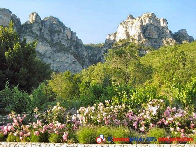 Splendide vue à 450 m d'altitude d'une magnifique bastide provençale, à 50 min de l'aéroport de Nice. Ancienne bergerie plein sud dominant une vallée du Var, 11 pièces, 2 duplex, 4 niveaux. Piscine. Vaste terrasse ombragée. Lieu unique, calme et serein. #maisonPierre #maisoncotedazur www.partenaire-europeen.fr/Annonces-Immobilieres/France/Provence-Alpes-Cote-d-Azur/Alpes-Maritimes/Vente-Propriete-F11-PUGET-THENIERS-813992