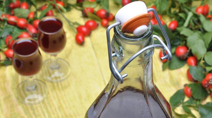 Ecco la ricetta del Liquore alla Rosa Canina: scopri come preparare in casa questa deliziosa e profumata bevanda ricca di vitamina C. Ottimo come digestivo.