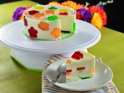 Gelatina Mosaico de Flores   La clásica gelatina de yogurt que a todo mundo le encanta pero con una sorpresa. Esta es una cremosita gelatina con figuritas de gelatina de muchos sabores y colores. ¡Disfrútala!