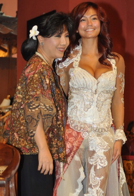 Agnes monica using kebaya clothes (Indonesian traditional cloths)