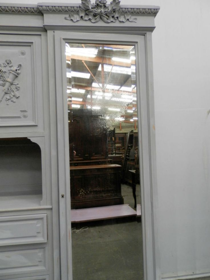 armoire louis xvi laqu e et patin e est en vente sur notre brocante en ligne par portier plus de. Black Bedroom Furniture Sets. Home Design Ideas