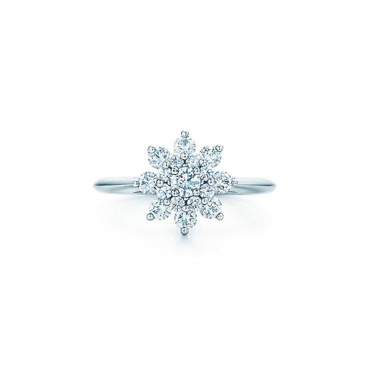 Anel de flor com diamantes em platina.   Tiffany & Co.