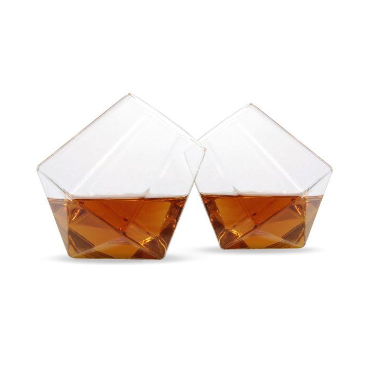 Szklanki w kształcie diamentów.