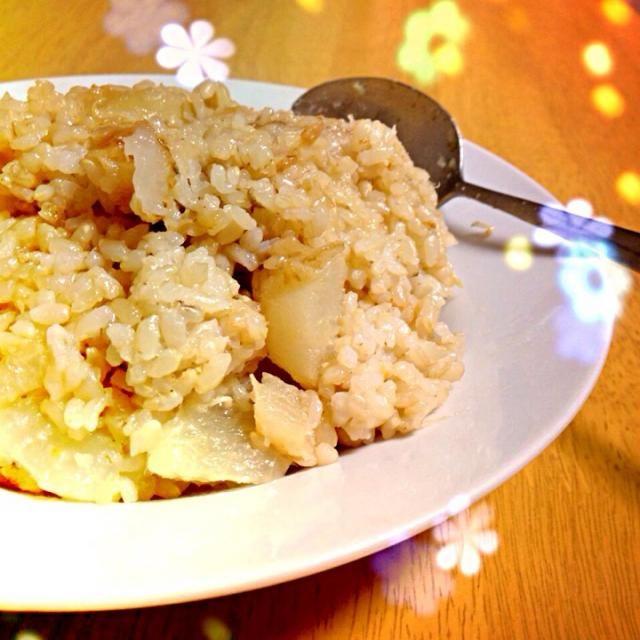 最近、残りものなんでも炒飯にしちゃう;^_^A  昨日のふろふき大根の残りで炒飯です。 甘くて意外に美味しい☻  It is fried rice with the remainder of the yesterday's furofuki daikon. It is sweet and is unexpectedly delicious☻ - 42件のもぐもぐ - 大根玄米炒飯 Fried rice of the unpolished rice with Japanese radish by cocoshiro