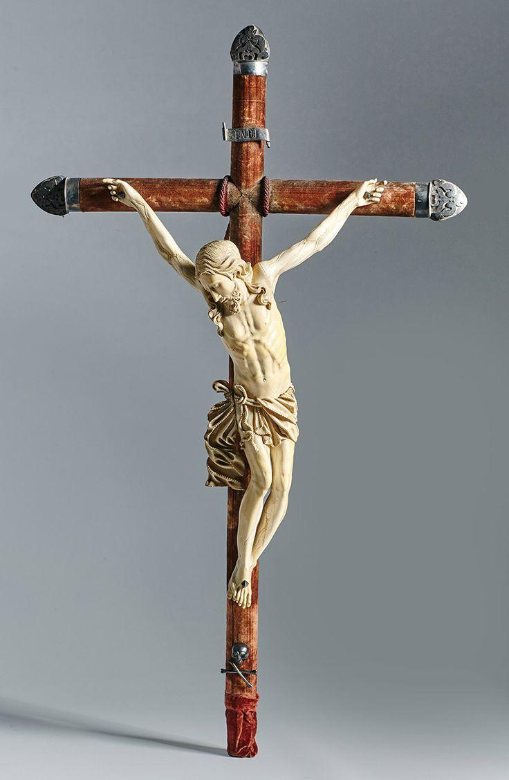 """Lote 369: Importante """"Cristo Moribundo"""" en marfil tallado sobre cruz montada en plata. :: Alcalá Subastas"""