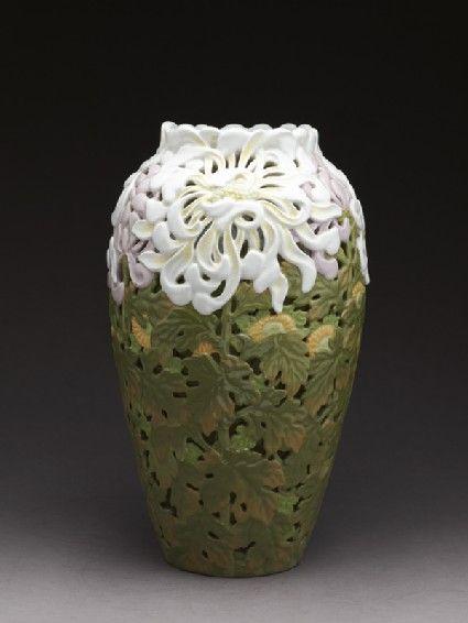 Vase in Art Nouveau style with chrysanthemums by Kinkōzan Sōbei VII (1868 - 1927), Japan