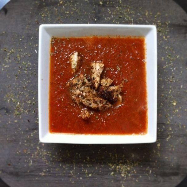 Paprika-courgette-tomaatsoep met Turkse kip