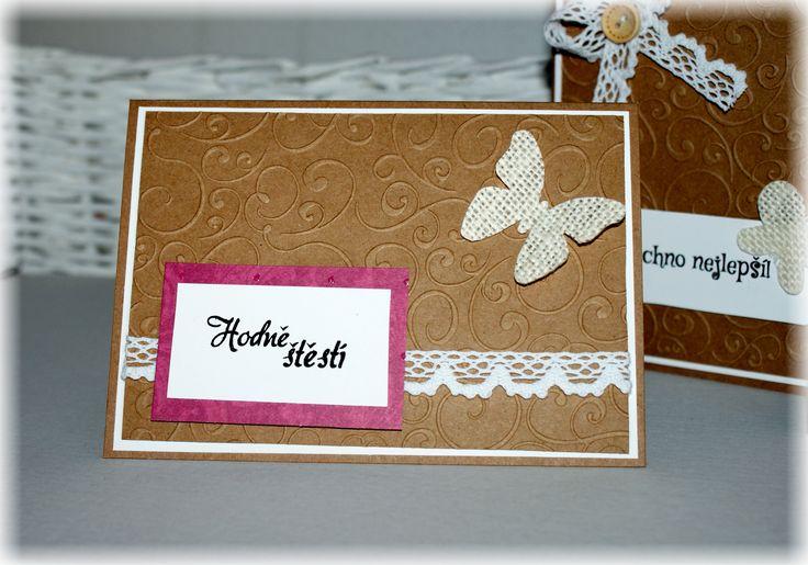 Přání z recyklovaného papíru dozdobené motýlkem z juty a paličkovanou krajkou.