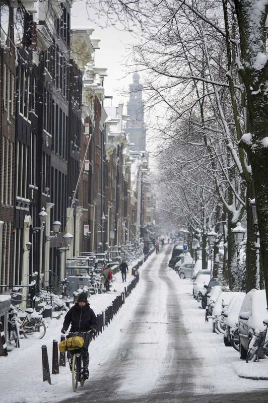 1.15.2013. Snow in Amsterdam. A snowy Prinsengracht with in the background the Westertoren. ©ANP #amsterdam #canals #prinsengracht